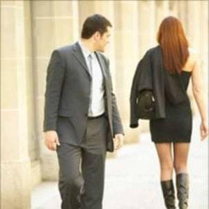 Een man kijkt naar een andere vrouw